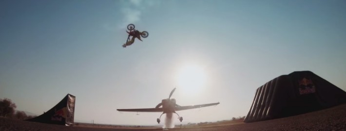 Backflip über eine Extra 300 (Quelle: youtube/Red Bull)